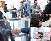国外商务人士握手摄影高清图片