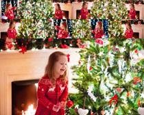 圣诞树开心小女孩摄影高清图片