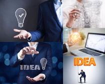 商务男人与创意灯泡摄影高清图片