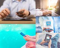 办公手机操作人物摄影高清图片