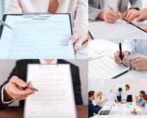 签订协议的商务人士摄影高清图片