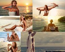 夕陽海邊女人拍攝高清圖片
