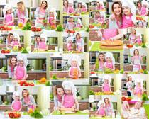 母亲与女儿厨房摄影高清图片