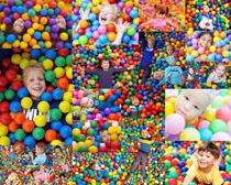 开心儿童与彩色球摄影高清图片