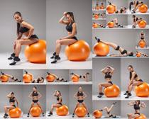 健身女人与球摄影高清图片