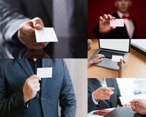 手拿名片的商务人士摄影高清图片