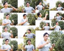 戶外運動男人與果汁攝影高清圖片