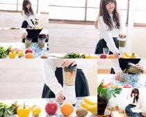 榨果汁女孩摄影高清图片