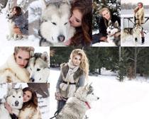 雪景女人与狗摄影高清图片