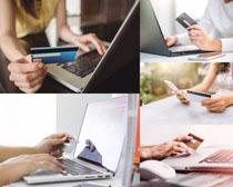手拿银行卡人物摄影时时彩娱乐网站