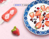 草莓与冰棒广告PSD素材