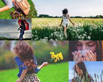 国外女孩与花丛摄影高清图片
