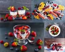 草莓藍莓冰棒攝影高清圖片