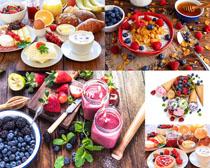 草莓藍莓面包早餐攝影高清圖片