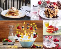 草莓牛奶面饼食物摄影高清图片