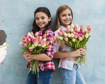 女孩手中的抱的花朵PSD素材