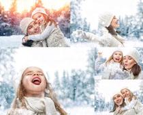 國外母女圣誕雪景攝影高清圖片