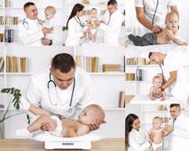 可爱宝宝与医生体检摄影高清图片