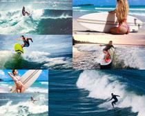 海边冲浪的美女与男人摄影高清图片
