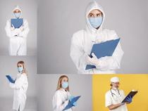 手拿记事册的医生摄影高清图片