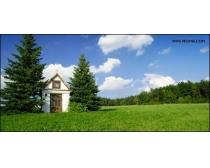 蓝天草地房屋风景图片