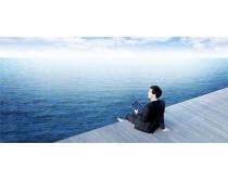 坐在大海边的男人PSD素材