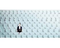坐在看台上的商务女性PSD素材